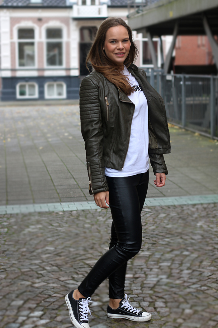 Outfit Lisanne: Army green leather jacket - Follow Fashion