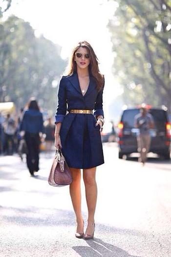 Kleur schoenen onder blauwe jurk