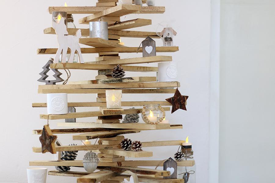 houten kerstboom met decoratie   kerst 2018