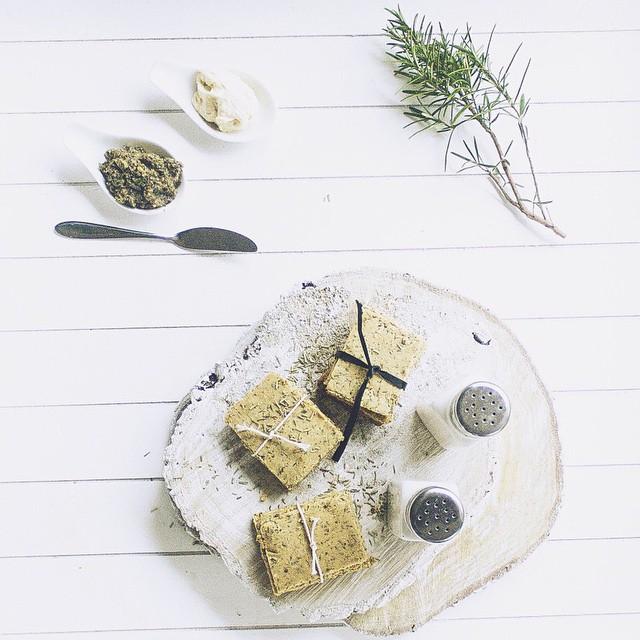 Mmm wij maakten een heerlijk recept op de redactie: Glutenvrije rosemary & thyme crackers! Check de link in onze bio #followfashion #food #foodorn #rosemary #thyme #crackers #photooftheday #instafood