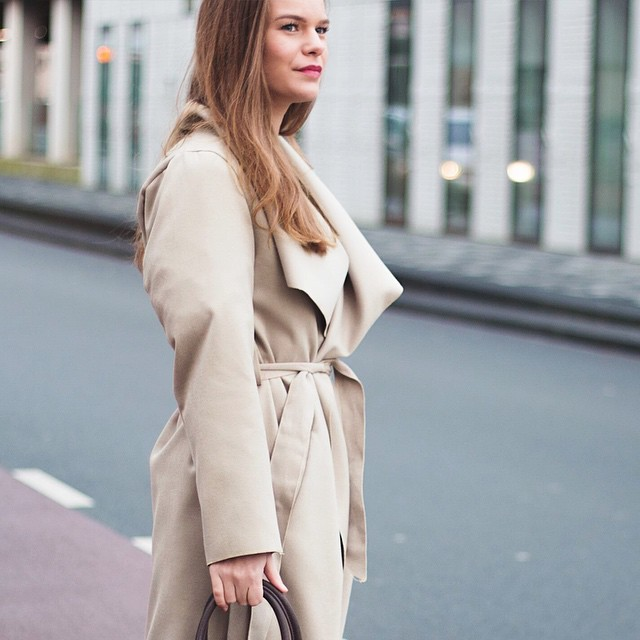 Have you seen Lisanne's new outfit post on the blog? Link in bio! #followfashion #ootd #streetstyle #outfit #trenchcoat #photooftheday #fashionblogger