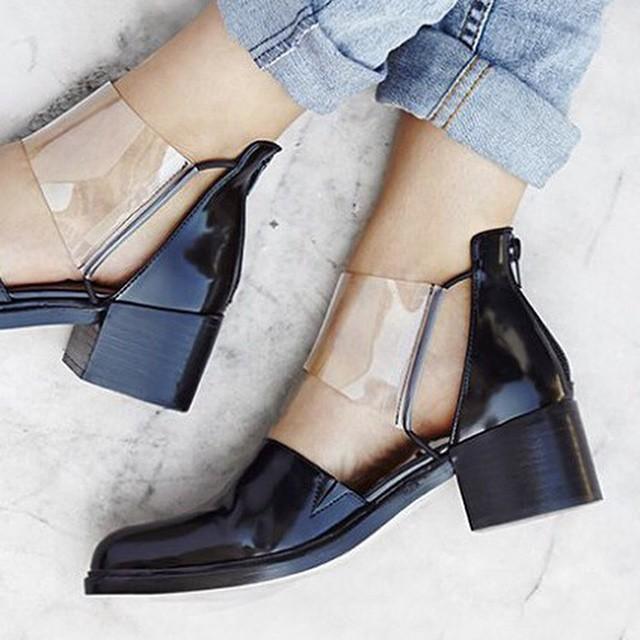 Benieuwd naar de nieuwste schoenentrends? Je leest het op onze blog! Link in bio #followfashion #shoes #marble #photooftheday #follow #fashion