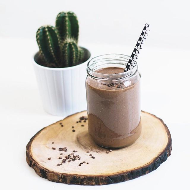 Het was weer smullen op de redactie! Bekijk ons recept voor deze healthy chocolade milkshake nu op de blog #followfashion #food #foodporn #instafood #chocolat #cactus #cacao #healthy