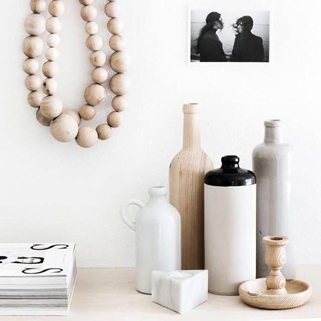 Witte interieurs, Anne is er gek op. Maar hout en wit in een interieur vindt ze nog mooier! Vandaag dus inspiratie voor je interieur met hout en wit. Link in bio #followfashion #interior #interiordesign