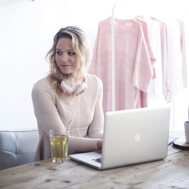 Nieuwe blog van @marlou_ff online waarin ze haar dag in 20 zinnen beschrijft #followfashion #macbook #fblogger #office