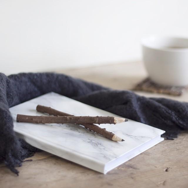 Hebben jullie onze nieuwe DIY al gespot? Anne laat zien hoe je een marble notebook maakt! Link in bio #followfashion #diy #marble #notebook