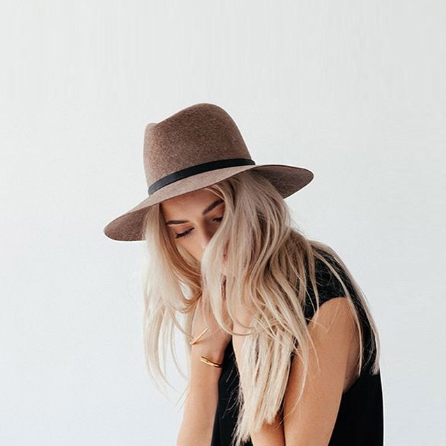 Friday Favourite: de fedora hoed! Meer inspiratie op onze blog #followfashion #ootd #outfit #hat #fedora