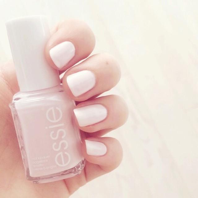 Heb jij moeite om je nagels zo netjes te lakken? Lees onze tips! Link in bio #followfashion #essie #nails #nailpolish