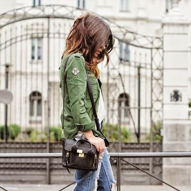 Deze musthave mag niet in je kledingkast ontbreken! Meer army green jackets on the blog! #followfashion #ootd #outfit #army #fblogger