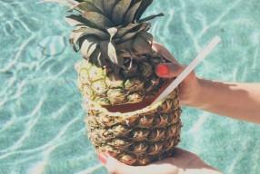 Cocktail maken in een ananas