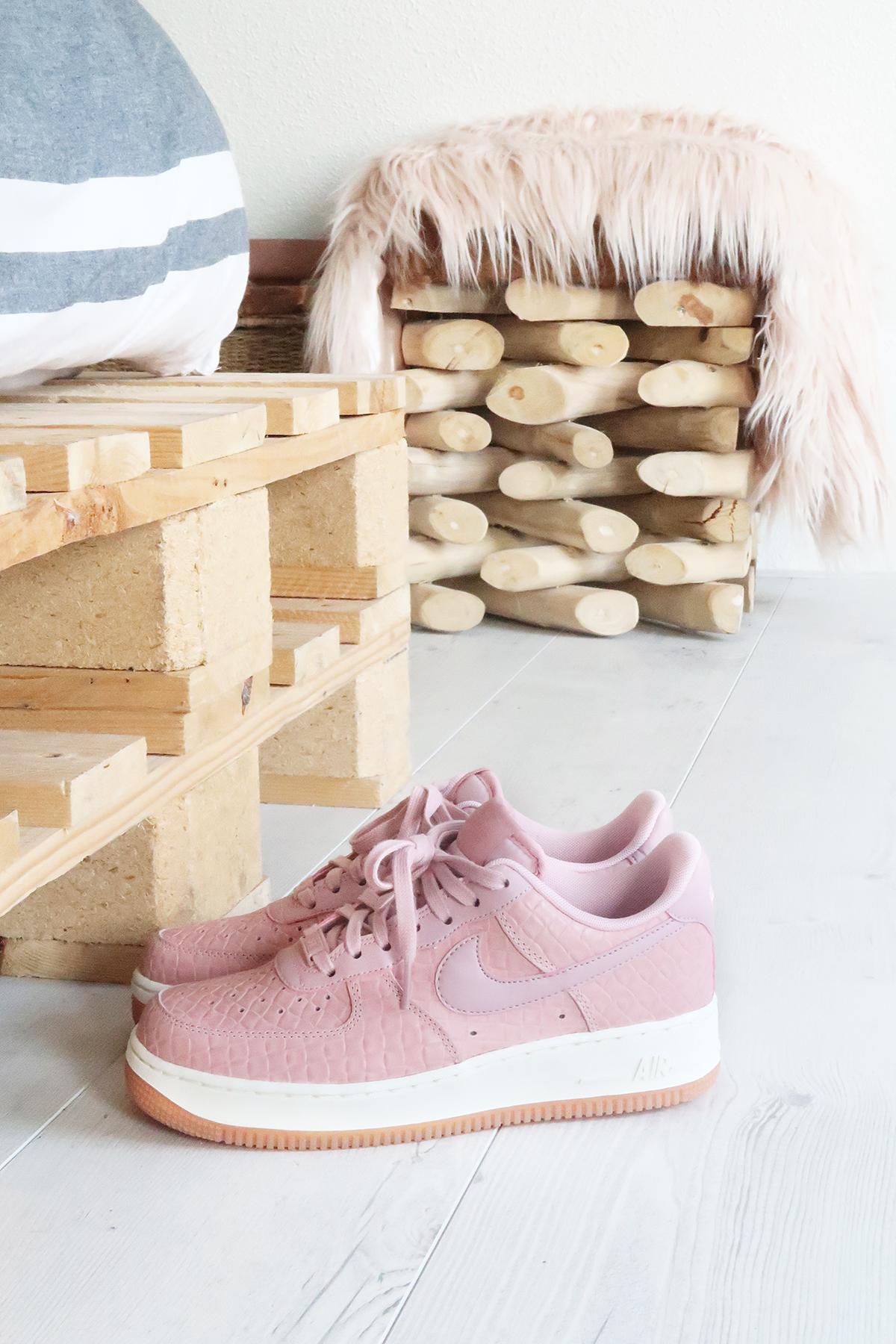roze nike sneakers