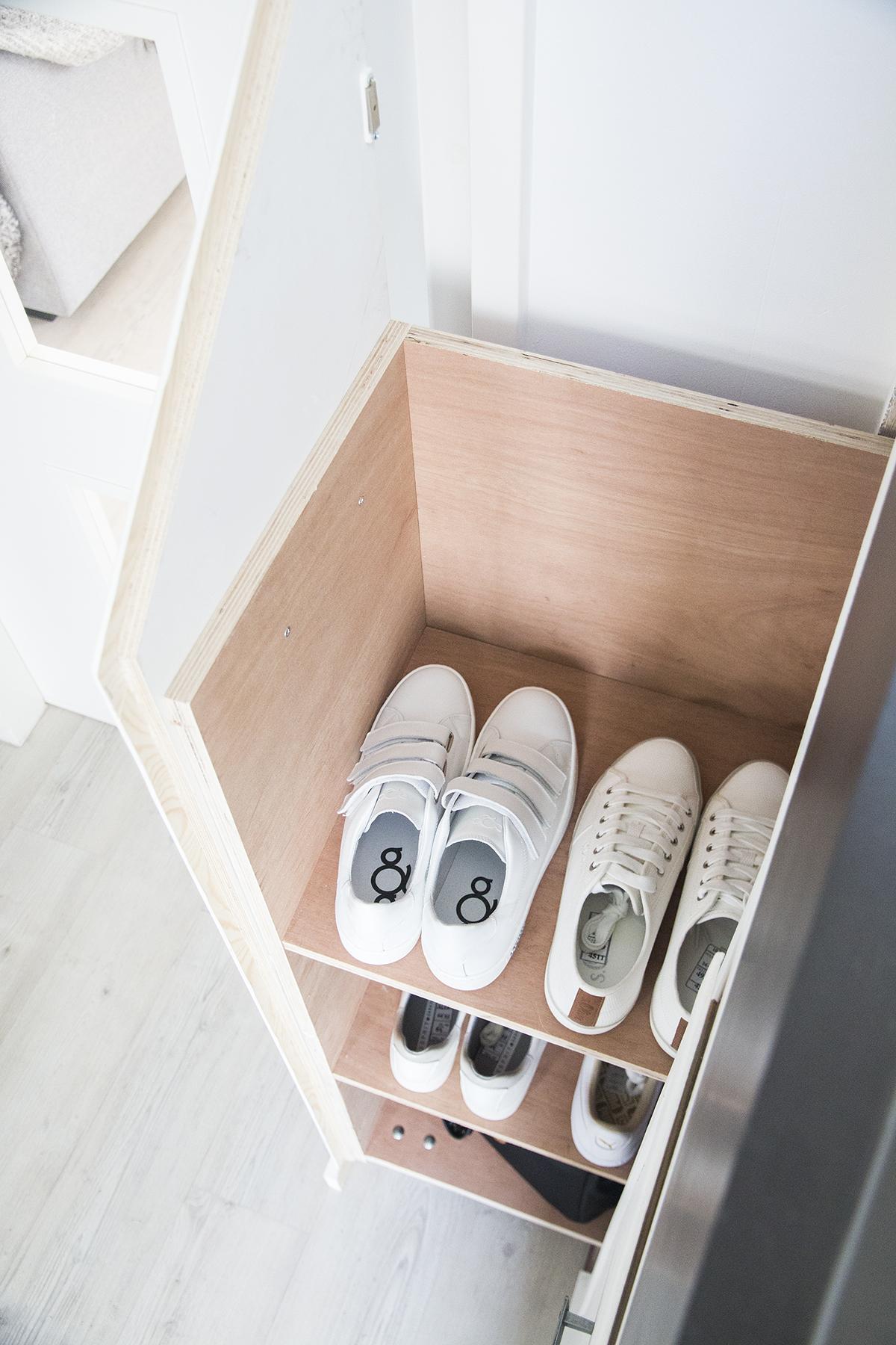 witte sneakers schoenenkast